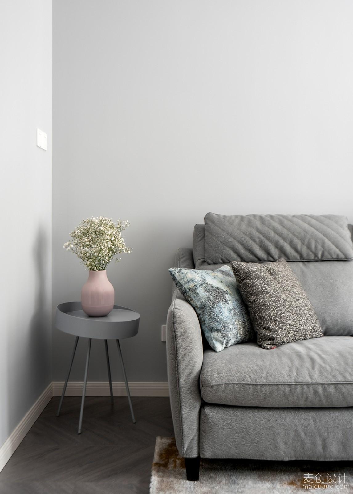 沙发旁边的花饰品